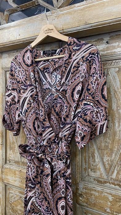 КОМБИНЕЗОН, широкие брюки с защипом в пол, верх на запАхе, короткий рукав (из легкой вискозы в огурцы) - фото 7897