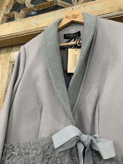 ПАЛЬТО короткое с отделкой ламой с вязаным воротником и подвязами (из шерсти) - фото 10473