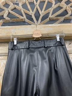 БРЮКИ со складкой на талии, зауженные (ЭКО-КОЖА) - фото 10678
