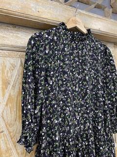 ПЛАТЬЕ МИНИ свободное, с воротником стойкой, оборками и пышными рукавами (из вискозы в цветочек) - фото 10701