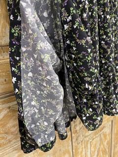 ПЛАТЬЕ МИНИ свободное, с воротником стойкой, оборками и пышными рукавами (из вискозы в цветочек) - фото 10705