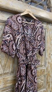 КОМБИНЕЗОН, широкие брюки с защипом в пол, верх на запАхе, короткий рукав (из легкой вискозы в огурцы) - фото 7901