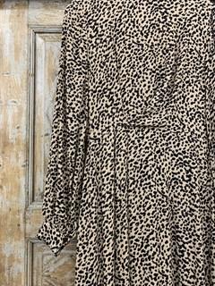 ПЛАТЬЕ МИДИ с воротником стойкой и защипами на груди, леопардовый принт - фото 9535