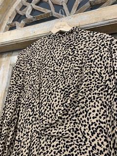 ПЛАТЬЕ МИДИ с воротником стойкой и защипами на груди, леопардовый принт - фото 9537