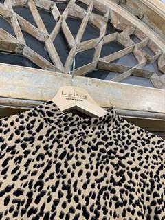 ПЛАТЬЕ МИДИ с воротником стойкой и защипами на груди, леопардовый принт - фото 9538