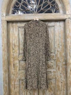 ПЛАТЬЕ МИДИ с воротником стойкой и защипами на груди, леопардовый принт - фото 9539